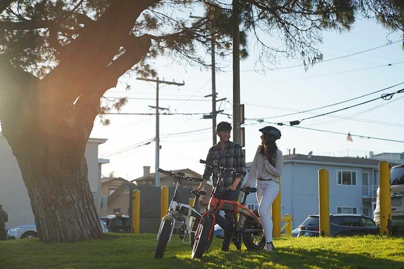 couple en vélo électrique